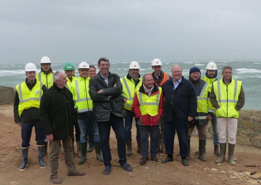 Saint-Clément des Baleines - Equipes de travail pour la reconstruction des digues Ouest