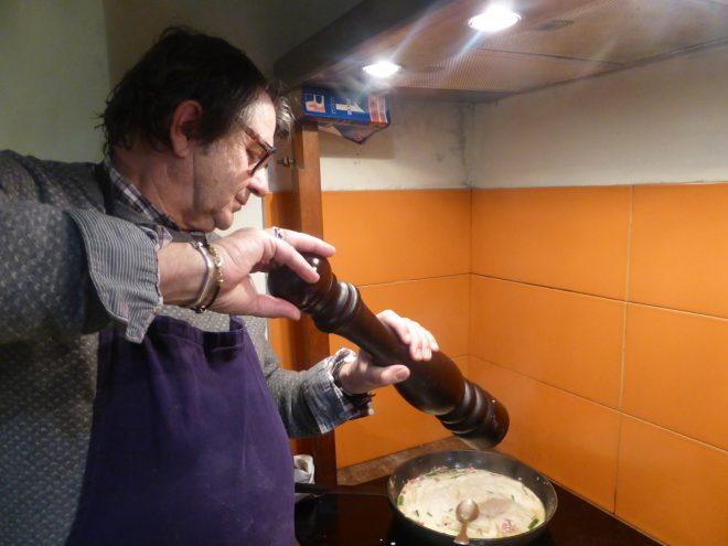 Déglacer le fonds de poêle des lardons avec le vin blanc et une pointe de crème fraîche. Bien remuer avec une cuillère en bois. Rectifier l'assaisonnement si besoin.