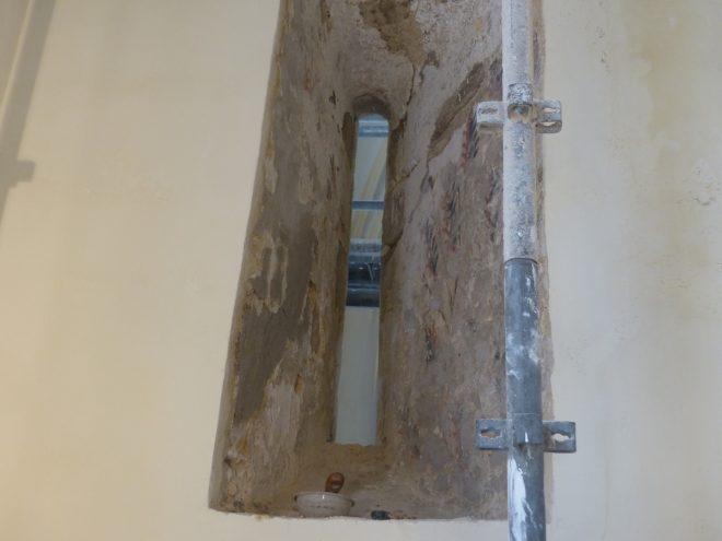 Ars-en-Ré - Travaux église - Dessins dans fenêtre romane - 25 avril 2018