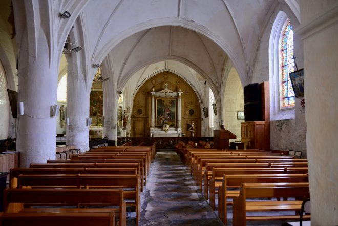 Ars - Bancs d'église - Photo : GABS - 31 juillet 2018