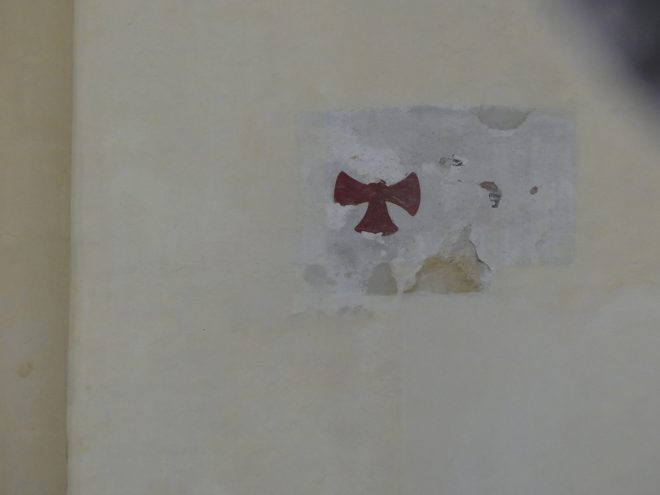 Ars - Eglise - Croix de consécration à restaurer - 12 septembre 2019