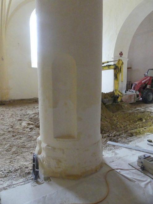 Ars - Eglise - Pilier avec encoche- 26 septembre