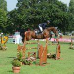 Mathilde, à fond dans le saut d'obstacles