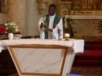 Le Père Roger Kologo célèbre la messe à Ars-en-Ré