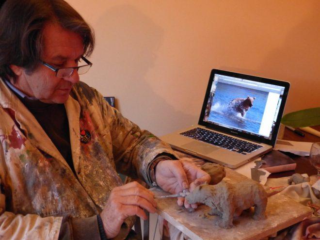 Bernard sculpte un ours