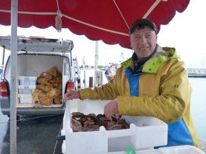 Hugues un des derniers pêcheurs rétais vend ses coquilles sur le port d'Ars-en-Ré.