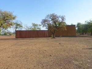 Le container plein, posé derrière la Maison des jeunes