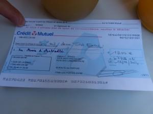 Chèque de 1200 € offert aux Amis d'Arbollé par l'école Sainte-Catherine
